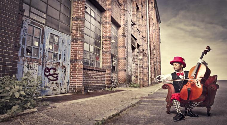 Mann spielt Cello auf der Straße