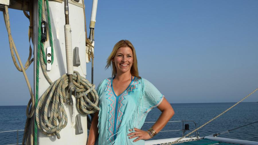 Annica ist glücklich, dass sie das Steuer auf dem Katamaran übernehmen darf