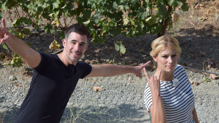 Annica und Jo haben Spaß auf dem Weingut Tsiakkas