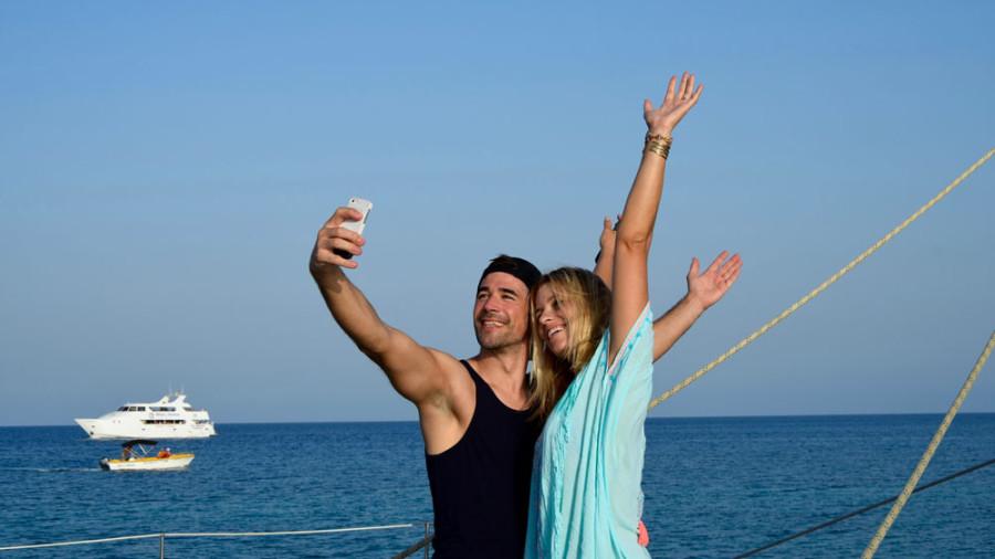 Selfie auf dem Katamaran: Annica und Jo sind begeistert