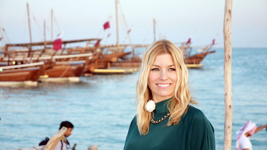 Annica Hansen, Dhows im Hintergrund, Katar Dhow Festival